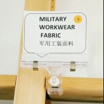 mengatur aksesoris pria kain kamuflase digital untuk jaket militer